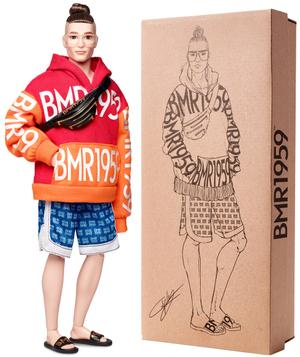 Barbie BMR1959 Kapuzenpulli Puppe mit Dutt, Pullover mit Logo, Zubehör, ab 6 Jahren 57019793